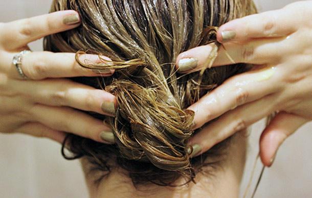 Горчичную маску наносить на влажные волосы
