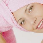 в розовом полотенце